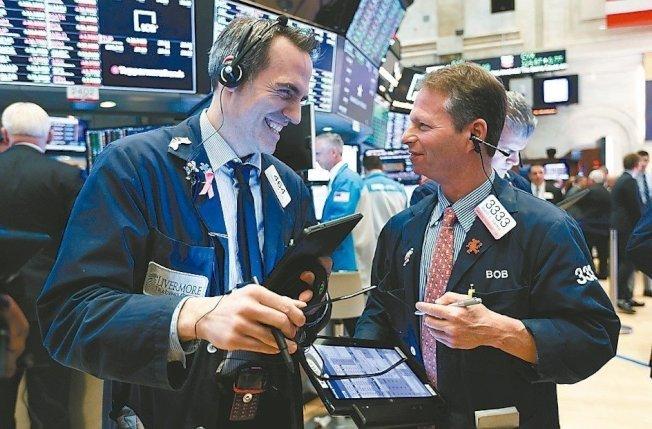 美股三大指數在縮短交易時間的國慶日前夕全面創下收盤新高。(歐新社)
