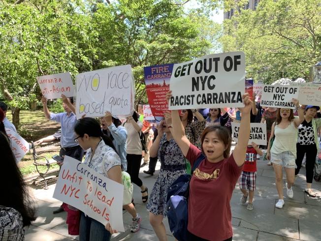 不少華裔家長此前自發組織示威,要求教育局長卡蘭扎下台,並擴大資優班項目。(記者和釗宇/攝影)