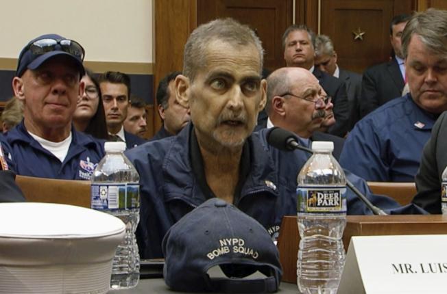直到去世都在為九一一救難人員爭取健康福利的前市警局警探阿瓦雷斯6月29日去世,3日出殯。圖為阿瓦雷斯上月在眾院作證。(美聯社)