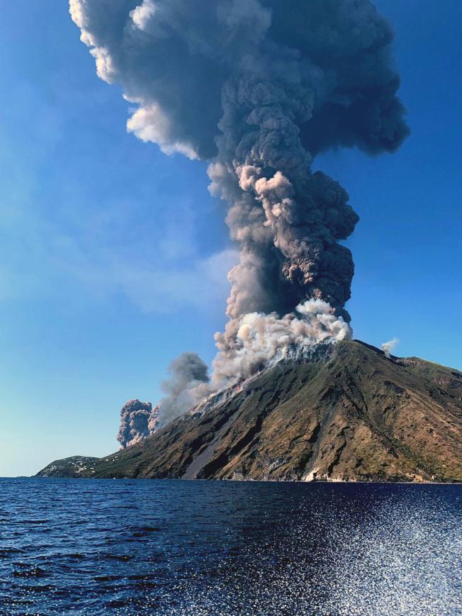 義大利斯特龍伯利島上一座火山今天激烈噴發,造成一位健行客喪生。島上居民形容當時有如天降火雨,感覺像身在地獄,嚇得許多遊客逃到海裡。(美聯社)