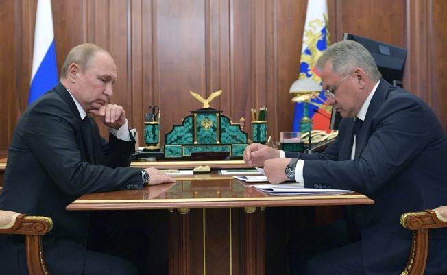 Russia Navy Fire 俄羅斯總統普亭(左)二日在克里姆林宮聽取國防部長蕭伊古(右)報告潛艇失火事件。 (歐新社)