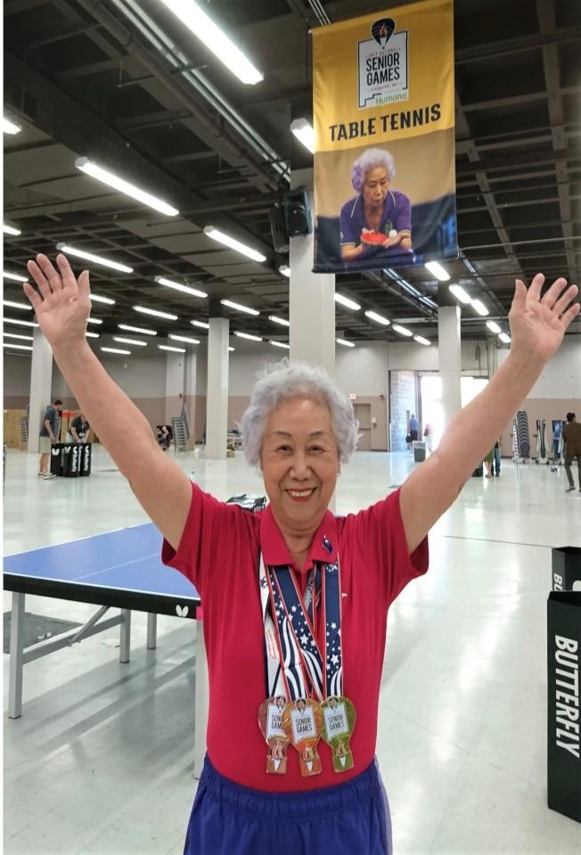 獲得本屆耆英奧運會乒乓球比賽2金1銅(混雙、女雙、女單)的運動員鄭凡。(鄭凡提供)