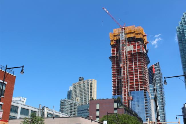 長島市的公寓多和建築工地很近。(記者劉大琪/攝影)