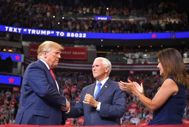 圖為川普(左)和副總統潘斯夫婦上月中出席在佛州舉行的連任競選揭幕造勢。(Getty Images)