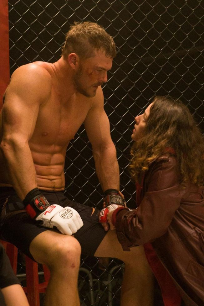 亞倫瑞奇森(左)在「隱形情人」扮演格鬥拳手,需要大秀體格。(圖:威視提供)