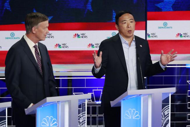 華裔參選人楊安澤(右)可能無法取得9月民主黨初選辯論資格,失去在全國亮相機會。(美聯社)