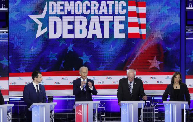 民主黨總統參選人首次辯論後,布塔朱吉(左一)、賀錦麗(右一)兩人勢勢大漲,白登(左二)人氣下滑。(路透)