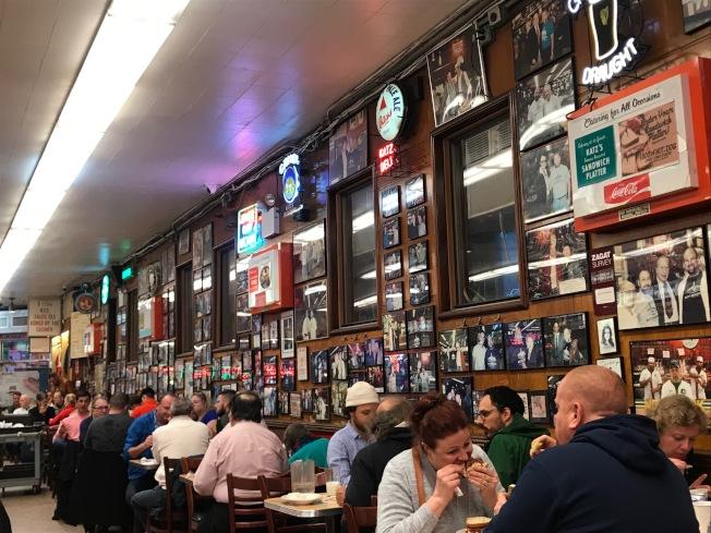 餐廳牆上掛著數以百計的名人簽名照片,很有老派風情。(記者邵冰如/攝影)