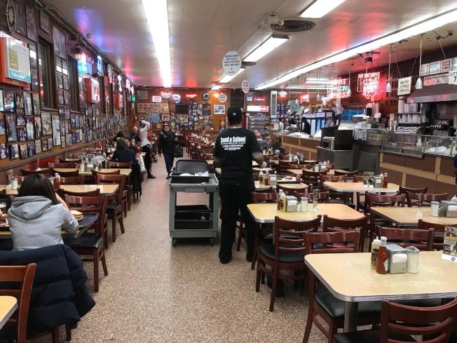 Katz's Delicatessen有上百張餐桌,很有紐約的庶民情調。(記者邵冰如/攝影)