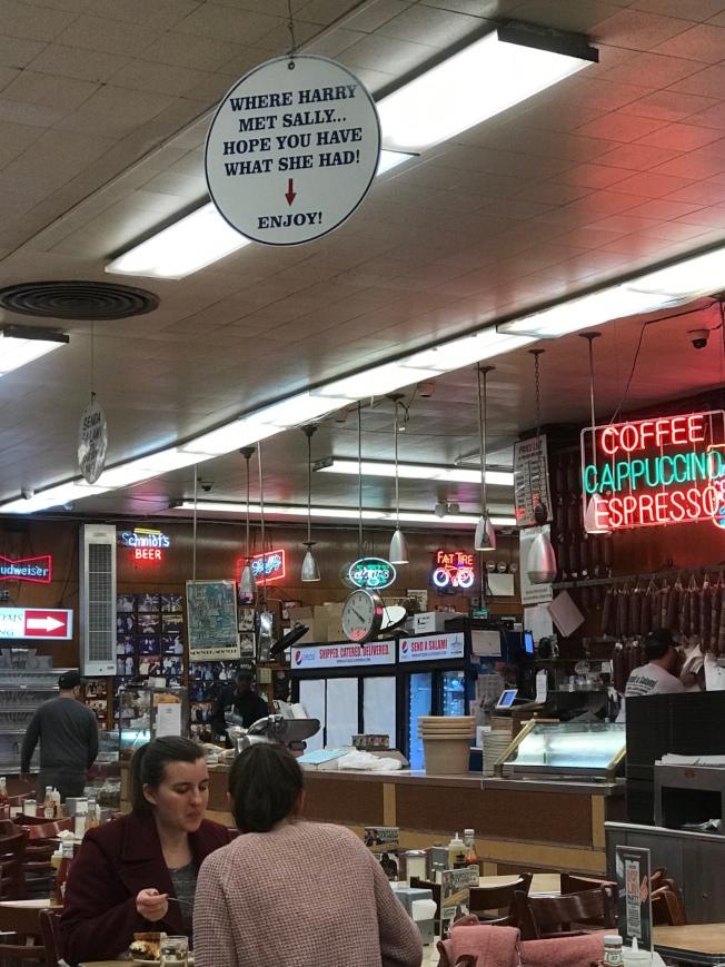 高掛的標示提醒往來食客:「 就是這個位子,希望你也擁有她經歷過的!」(記者邵冰如/攝影)