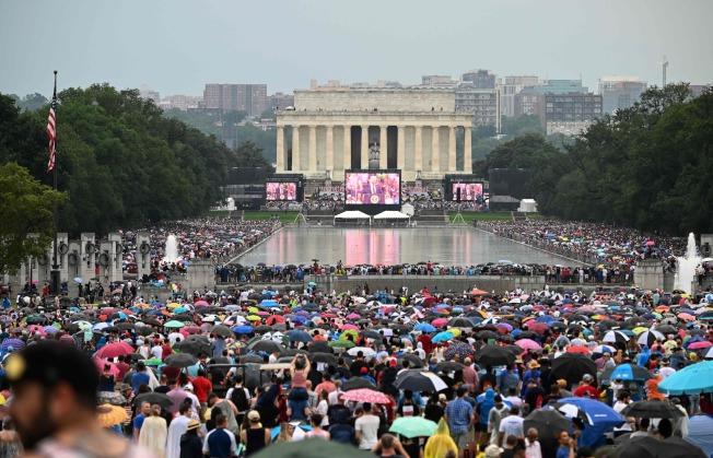 川普總統(中)在國慶日「向美國致敬」活動中,於華府林肯紀念堂發表演說。(Getty Images)