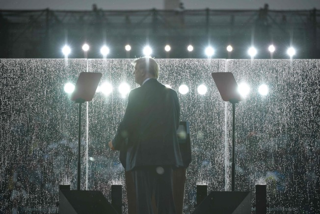 川普總統在國慶日「向美國致敬」活動中,於華府林肯紀念堂發表演說時,天公不作美,風雲變色大雨傾盆。(Getty Images)