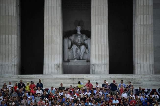 川普總統在國慶日「向美國致敬」活動中,於華府林肯紀念堂發表演說。(Getty Images)