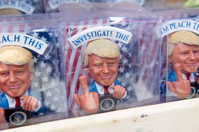 華府「向美國致敬」活動 ,仿川普總統造型的小模型在現場販售。(Getty Images)