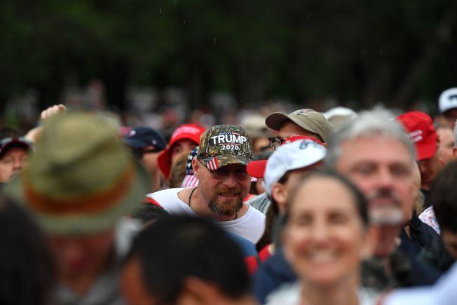 一名男子頭戴「2020川普」的帽子,參加「向美國致敬」活動。(Getty Images)