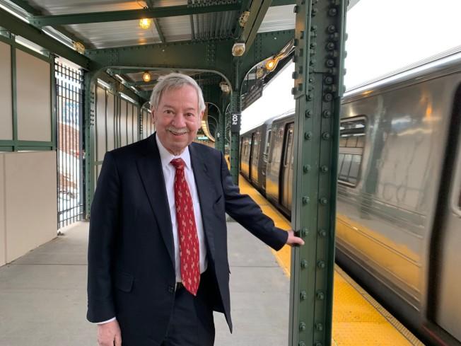 白彼得宣布布碌崙N車南向地鐵恢復通車。(白彼得辦公室提供)