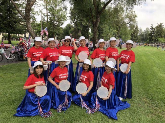 圖為參加安大略市美國國慶遊行的部分華人參與者。(周克蕙提供)