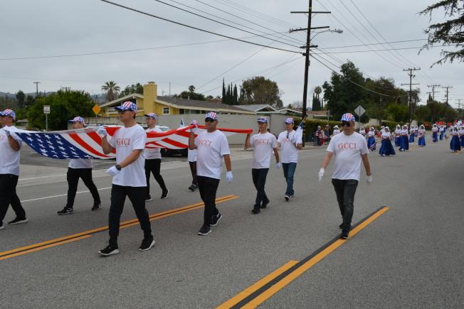 華人宗教團體成員手持巨幅美國國慶參加哈岡國慶大遊行。(記者啟鉻/攝影)