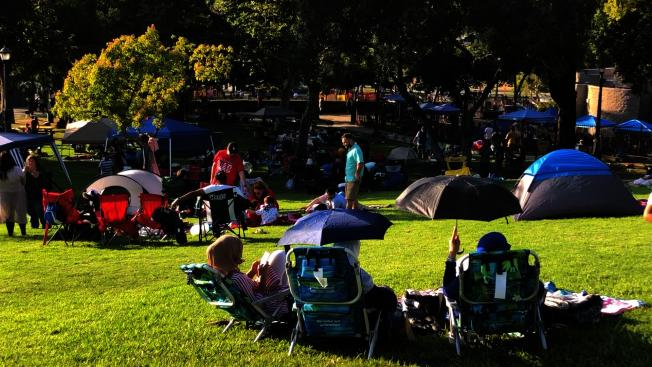 民眾在巴恩斯公園的草坪上野餐。(記者李雪/攝影)