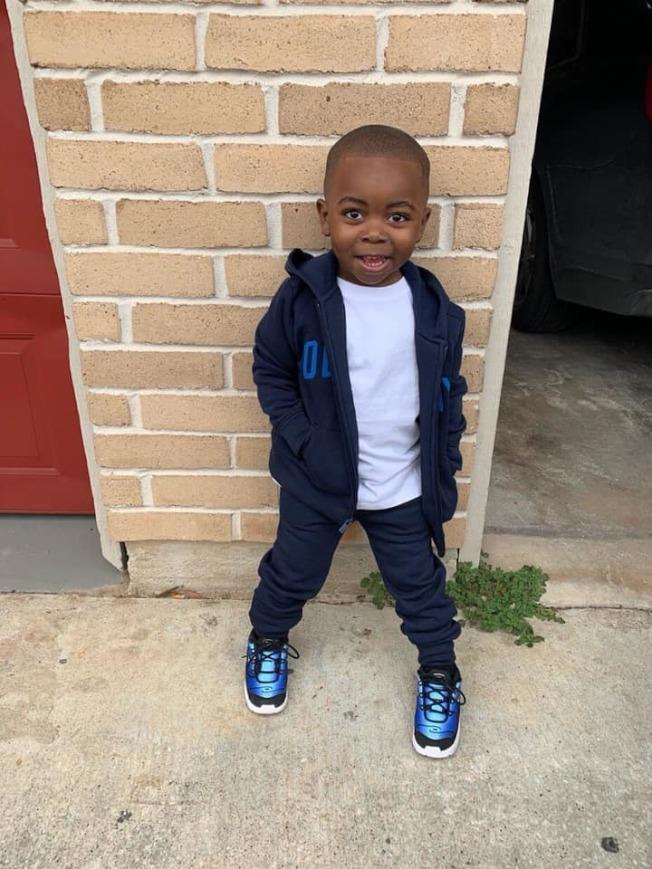 和父親遭到歹徒開槍射殺的兩歲男童艾莫利(Ivory West Jr.)。(哈瑞斯縣警局提供)