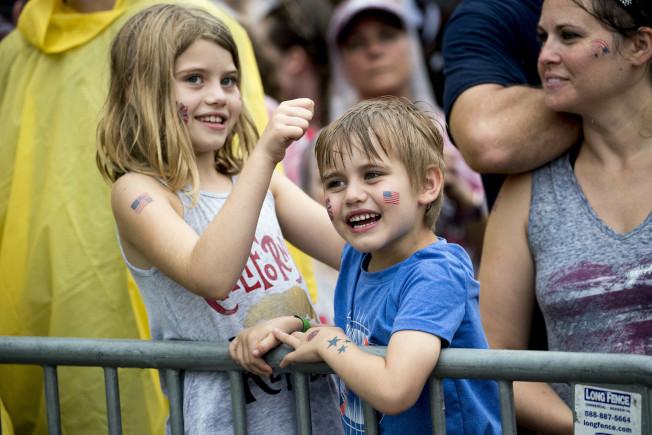 小朋友開心地在雨中參加國慶日「向美國致敬」活動。(Getty Images)