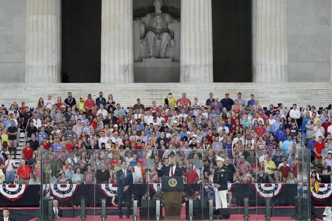 川普總統在國慶日「向美國致敬」活動中,於華府林肯紀念堂發表演說。(路透)