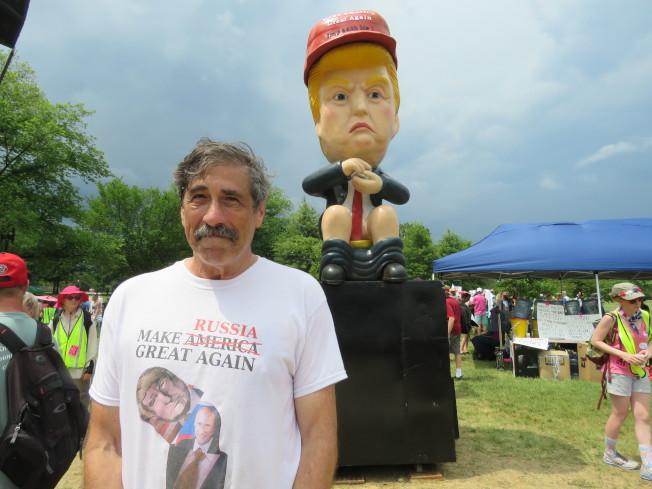 川普坐馬桶機器人的創作者Don Lessem。華盛頓記者張加/攝影