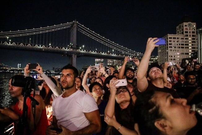 大批民眾4日晚聚集在曼哈頓下城和布碌崙的東河兩岸,觀賞梅西國慶煙火秀。(美聯社)