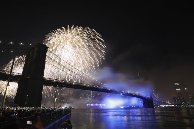 梅西國慶煙火秀,4日晚在東河上演;絢爛焰火映照著布碌崙大橋。(美聯社)