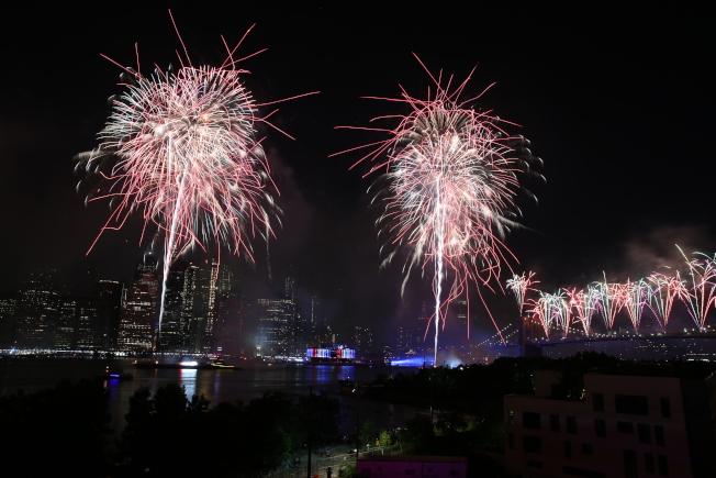 梅西國慶節煙花4日晚登場,今年布碌崙大橋新增發射點,成為最大亮點。(記者洪群超/攝影)