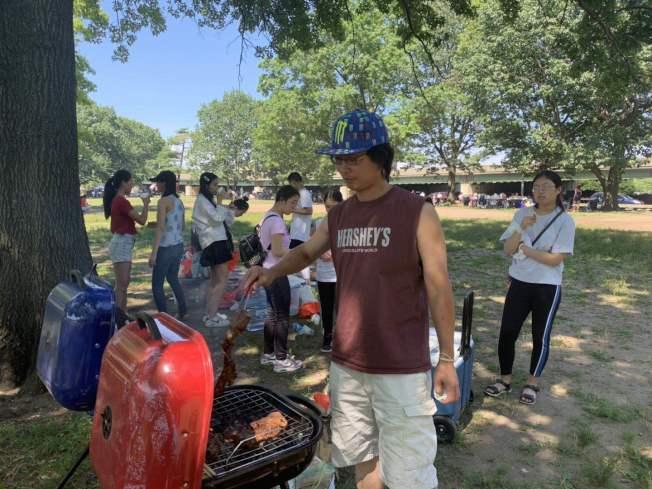 簡John(烹飪者)國慶日為十幾個孩子擔任廚師。(記者牟蘭/攝影)