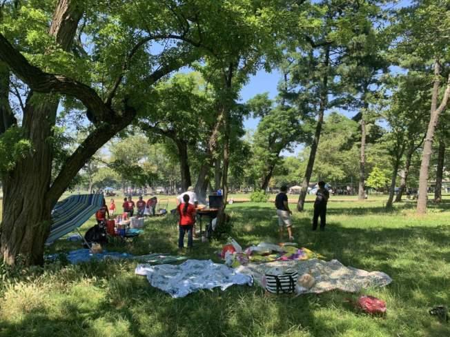 法拉盛草原可樂娜公園4日迎來大量民眾以燒烤形式慶祝國慶,其中不乏華裔身影。(記者牟蘭/攝影)