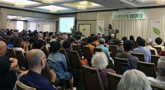 6月份在法拉盛舉行的第一場樂活生涯講座,吸引數百民眾前來了解健康資訊。(本報檔案照)