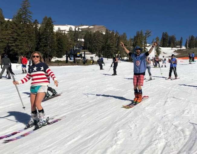 今年國慶,太浩湖的滑雪場仍然開放,灣區不少人因此可以滑雪慶祝國慶。圖為4日太浩湖史科谷(Squaw Valley)滑雪場上,人們穿短褲T恤滑雪。(圖:史柯谷提供)