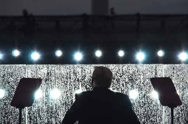 川普總統在國慶日於華府林肯紀念堂發表演說。由於大雨,防護玻璃罩上充滿水珠。(Getty Images)