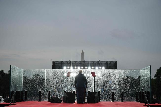 川普總統在國慶日「向美國致敬」活動中,於華府林肯紀念堂發表演說。由天氣不佳,防護玻璃罩上充滿雨珠。(Getty Images)