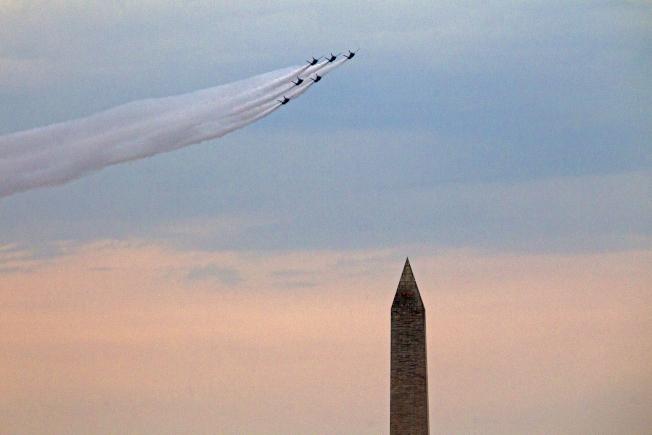 川普總統在國慶日「向美國致敬」活動中,於華府林肯紀念堂發表演說時,戰機飛過華盛頓紀念碑上空。 (美聯社)