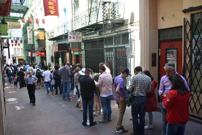 位於舊呂宋巷56號的金門幸運簽語餅店在國慶日當天長時間大排長龍。(記者黃少華/攝影)