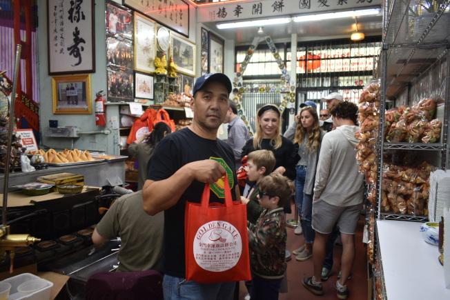 東主陳展明和顧客普遍將這家華埠老字號商舖看作海外中華文化景點之一。(記者黃少華/攝影)