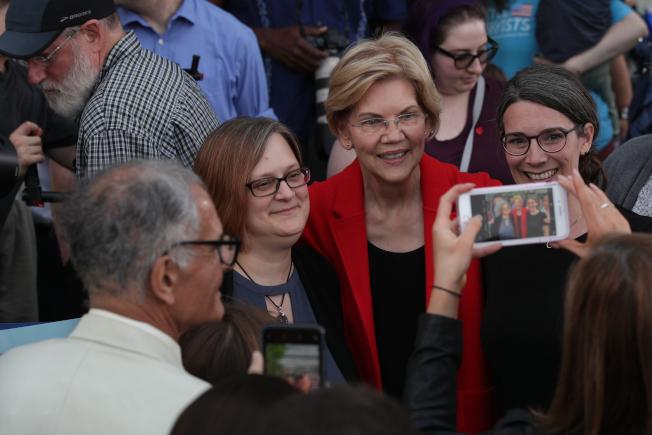 與選民自拍被政治人物視為是免費宣傳利器,成為政治活動的必要之舉;民主黨總統參選人伊麗莎白‧華倫(右二)自參選以來,已和超過3萬5000名選民合影。(Getty Images)