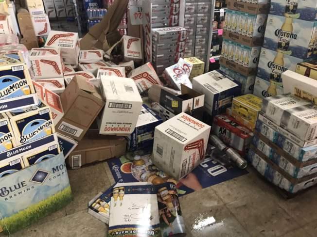 大批商品不堪強震倒在地上。(讀者李若提供)