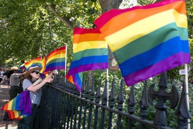 六色彩旗是代表同性戀的旗幟。(美聯社)
