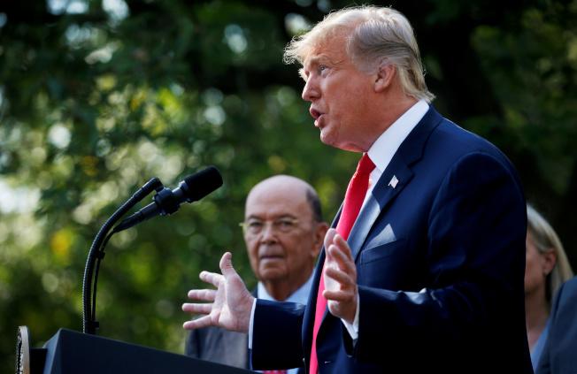 川普總統稱,他仍然堅持在人口普查問卷加上「是否公民」的問題,不排除以行政命令來執行。旁邊是主持人口普查的商務部長羅斯。(路透)