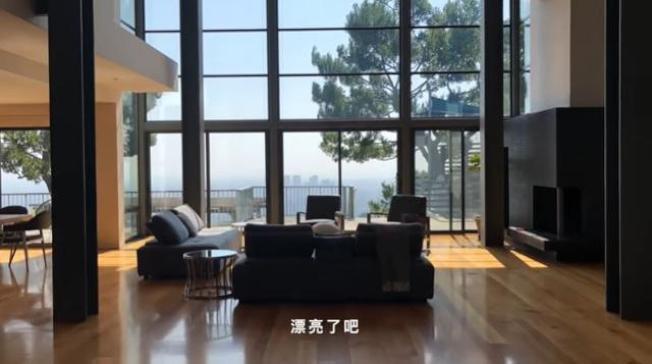 鄧紫棋在vlog視頻中開心展示豪宅。(鄧紫棋Vlog視頻截圖)