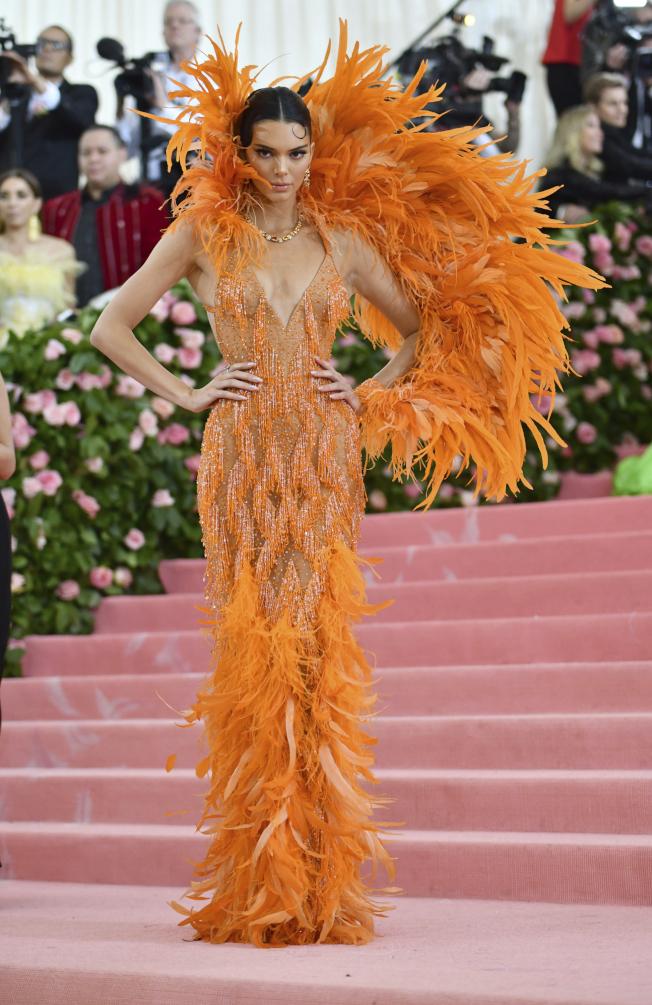 超模肯黛兒珍娜的穿搭帶動時尚潮流。(美聯社)