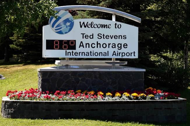 阿拉斯加州出現持續熱浪,圖為安克拉治國際機場在國慶日下午出現86℉高溫。(Getty Images)