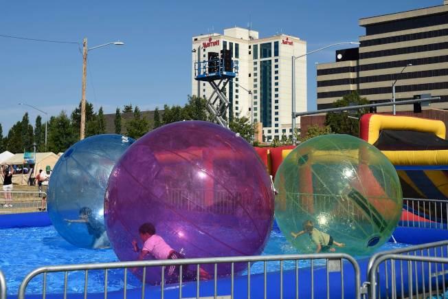 阿拉斯加州出現持續熱浪,圖為安克拉治迪蘭尼公園內,孩童開心的玩水。(Getty Images)
