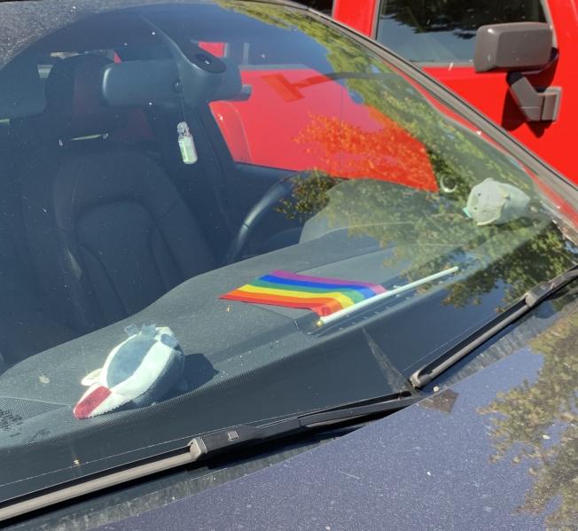 陳小姐在車上擺放彩虹旗。(陳小姐供圖)