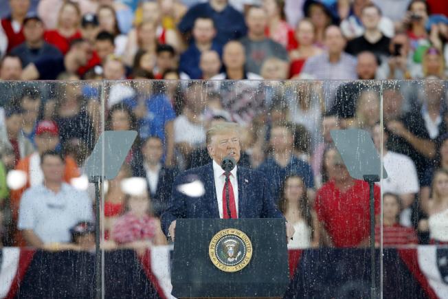 川普總統4日傍晚在華府林肯紀念堂,冒雨發表45分鐘演說,但有些內容不符史實遭批評。(美聯社)