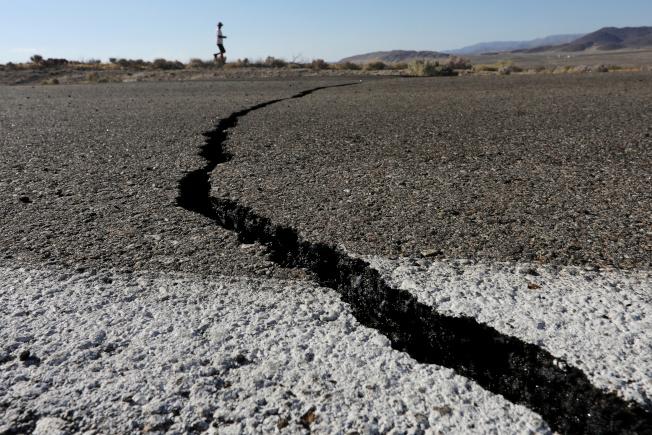 加州發生規模6.4強震後,里奇克萊斯特的公路被震裂。(路透)